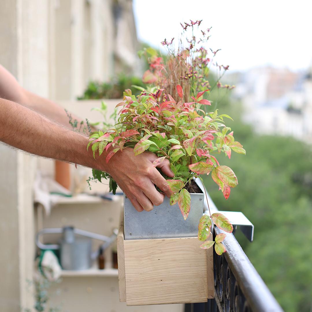 Comment fixer l'accroche de la jardinière à sa rambarde?